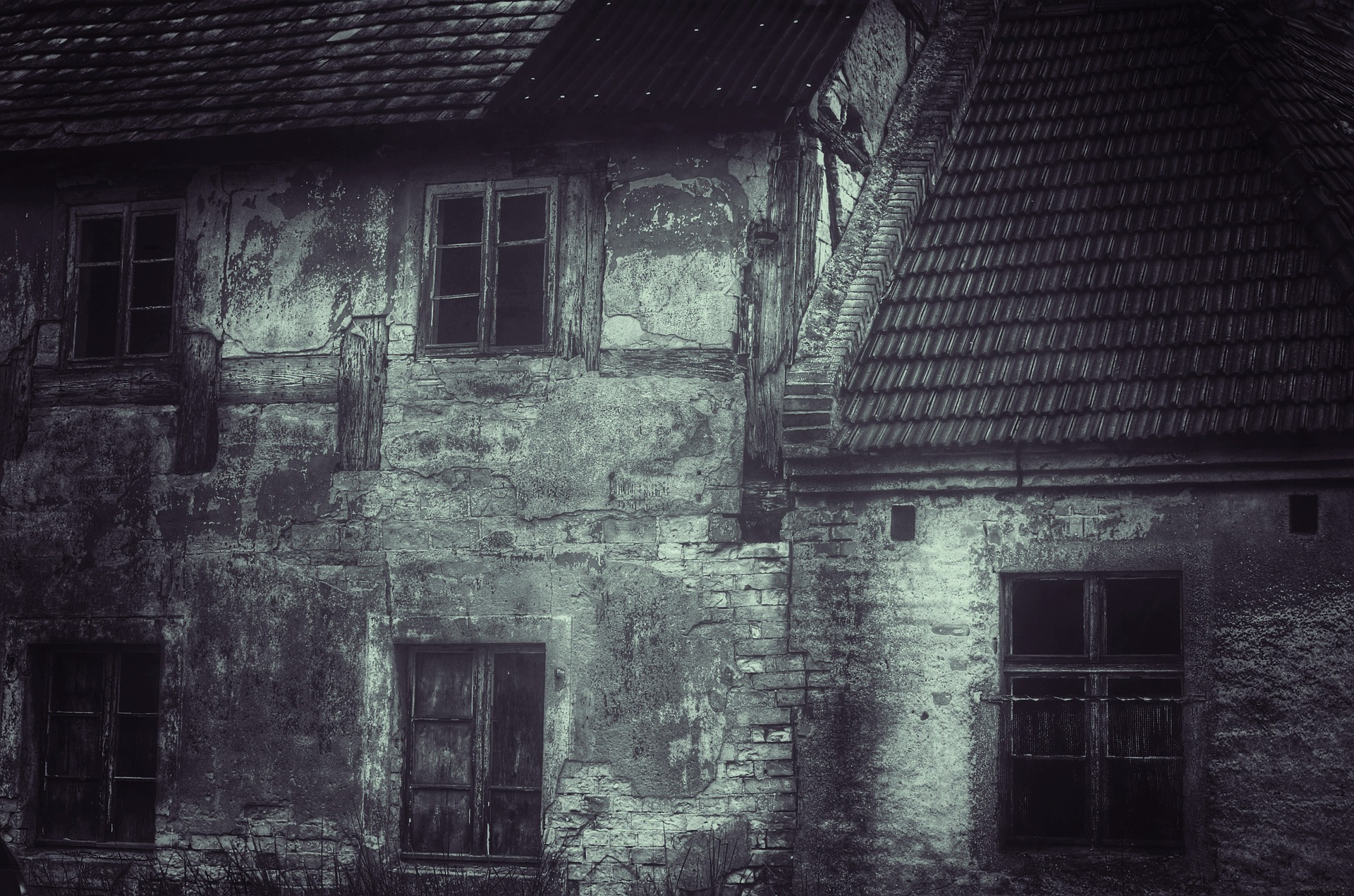 Haunted House Foursome Adult Stories old rundown scary house